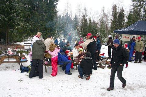 POPULÆRT: Det er alltid folksomt når Lions Club Ski inviterer til radiostasjonen i Hebekkskogen for juletrehogst i midten av desember.