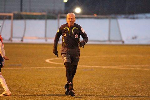 72 år gamle Harald Tinnesand er døv, men har dømt fotball i over 40 år og har ingen planer om å gi seg