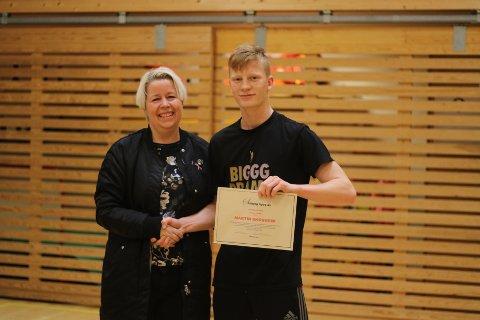FIKK TALENTPRIS: Martin Skogheim fikk utdelt Solberg Byggs talentpris for 2018 av daglig leder Henriette Tvedt. En pris som hvert år vil gå til et talent innen sport og kultur fra Nordby-bygda.