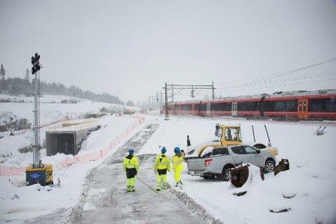 FORSKJELL I NORD OG SØR: Nord for Ski stasjon er arbeidet med Follobanen i full gang. Sør for stasjonen er ingenting opplest og vedtatt hvordan det blir. Påkoblingen til østre linje er en viktig bit i Bane Nors planer.