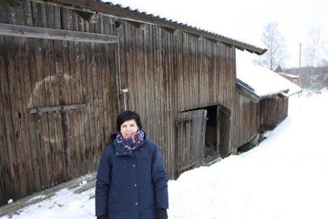 FLYTTES: Cecilie Øien er glad for at låven, hovedhuset og stabburdet på Taraldrud gård nå skal flyttes til Follo museum.