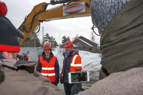 HISTORISK: Cecilie Øien, her sammen med justisminister Sylvi Listhaug, er glad for å få låven (i bakgrunnen) til Follo museum.
