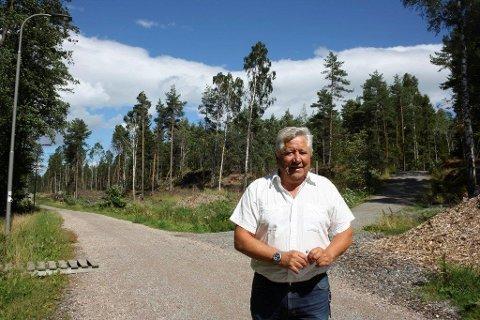 GODT I GANG: Sist sommer viste Ola Skarderud i Oppegård kommune hvordan de har startet forlengelsen av lysløypa fra Ødegården mot Tårnåsen, i retning løypenettet på Grønliåsen i Oslo.