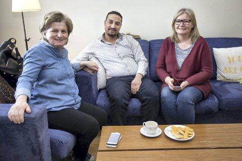 1 I gode hender: Flyktningen Saif Nabil kom ved en tilfeldighet i kontakt med Eleni Melirrytov i Athen og fikk god hjelp. Hun fant Anne-Lene Bjørklund i Ski, og her er det lykkelige trekløveret samlet i leiligheten på Salmakertunet.