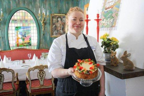 FARGERIKT: Mia Moberg Nordhagen tror flere med henne er lei av vinteren og ønsker seg vårlig fargeprakt. Som denne gulrotkaken.