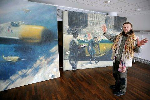 HISTORISK: Aune Sand har tatt med seg tvillingbror Vebjørn Sand sine bilder til Ås. Det er historien om bombingen av den spanske byen Guernica, som er den røde tråden i utstillingen.