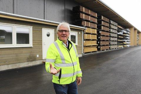 TERRASSEBORD: Meter på meter med terrasbord skal ut til kundene denne måneden. Den nye lageret har god plass, forteller daglig leder Ingar Norum