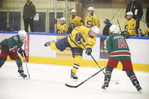 Ski-Jutul 3-4 (0-4, 3-0). Akershusmesterskapet i U14 i ishockey. Ski ishall lørdag 14. april 2018. I SKUDDET: Toby Burum fyrer av i 2. periode. FOTO: STIG PERSSON