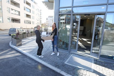 FLYTTESJAU: Janne Johansson og Hennie Marman gleder seg til å ønske kundene velkommen i splitter nye lokaler i Kantorveien.