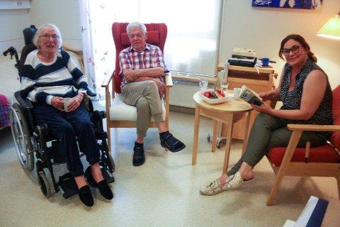 FELLES GLEDE: Lillegull Sandboe og Michael Bjerga gleder seg over høytlesingsstundene med Silje Stavik, som syns hun får vel så mye igjen for samværet.