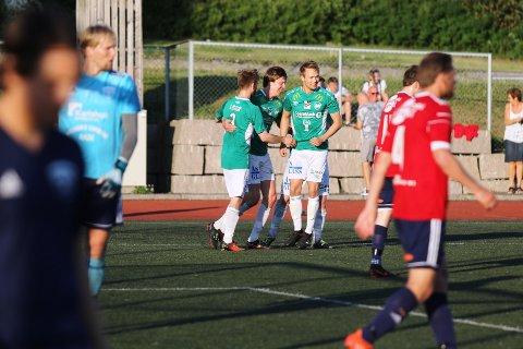 Mathias Iversen (i midten) har akkurat sendt Ås i ledelsen 2-1. Det skulle vise seg å bli seiersmålet.