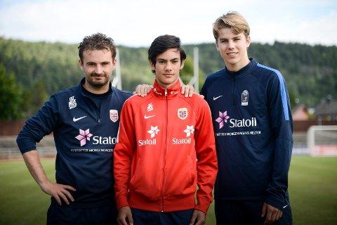 Josef Baccay (i midten) har skrevet under proffkontrakt med LSK. Her sammen med Håkon Grøttland, fagansvarlig landslagskolen, og Martin Samuelsen.