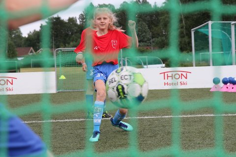 FULLTREFFER: Her har Sofia Aurlien Karlsen akkurat sendt en fulltreffer i retning nettmaskene. Jentefesten på SFO i regi av Ski IL Fotball ble også en fulltreffer der de fikk nye jenter på banen.
