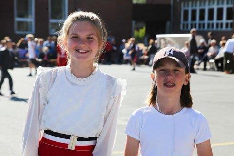 FERIEKLARE: Jakob Granly og Amelie Knüttel (t.v.) er ferdige med sjette trinn, og nå venter nye utfordringer. De var konfranseierer under Ski skoles sommershow.