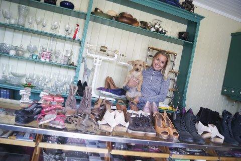 BRUKTMARKED: Caroline Holtet kan by på et rikholdig utvalg av brukte sko og klær når det blir marked i landhandleriet på Sandvoll gård utpå høsten en gang. Her med hunden Lola på armen.