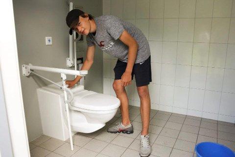 FORNØYD: Jacob Bjøntegaard trives med jobben som renholds- og ryddearbeider på Tusse.