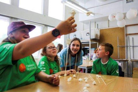 UNGE FORSKERE: Ella Skamsar, Anna Emilie Hersvik og Henrik Solberg bygger tårn, mens lærer Ingvild Holm Tellesbø følger spent med.