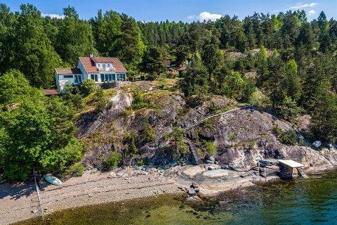 Boligen har egen strandlinje og bryggeanlegg langs Bunnefjorden.