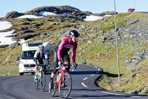 KLATRING: Med 4700 høydemeter er det enormt med klatring på syklistene i Jotunheimen Rundt. Her er Fredrik Henne (i front) på vei opp Sognefjellet.