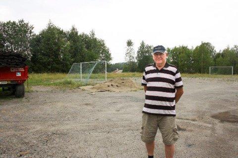 HISTORIELØST: Jeg husker godt at faren min ofte rykket ut på brann i søppeldynga her, sier Steinar Karlsrud, som syns det er underlig at ikke dokumentasjon om avfallsplassen er omtalt.