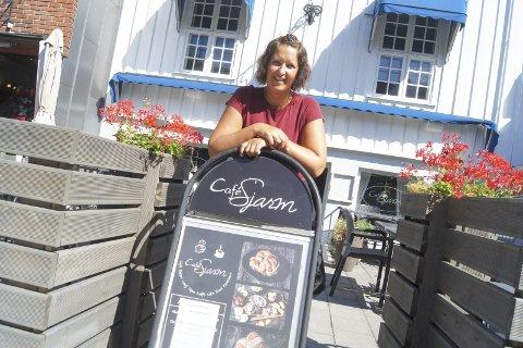 SKAL UT I REISEPERMISJON: Daglig leder for Café Sjarm, Ingunn Ellingsrud, skal snart ut i permisjon. I slutten av september tar hun med seg familien og setter kursen mot Asia.