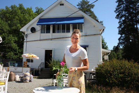 BLOMSTRER: Gjestene har strømmet til Svartskog kolonial i finværet, forteller Cecilie Steensen Skovholt.