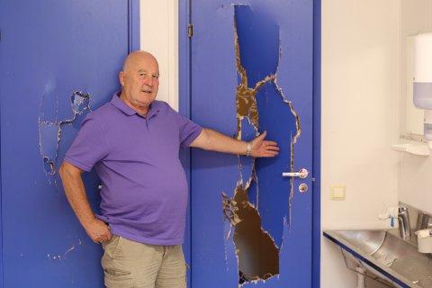 OPPGITT: Håkon Bekkestad i Kolbotn Fotball viser frem en ødelagt dør i den ene av de nye garderobene ved kunstgresset.
