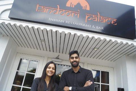 BEGYNNER Å LIGNE NOE: Arunpreet Singh Garcha (t.h.) og søsteren Kiran Kaur Garcha har, sammen med resten av familien, jobbet hardt og begynner å få sving på Skis indiske alibi på restaurantfronten, Tandoori Palace.