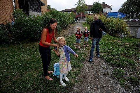 KLARE: Mamma Anne Winsnes Rødland, tar på Vilde en ekstra jakke. Pappa, Åsmund og Sigurd i bakgrunnen.