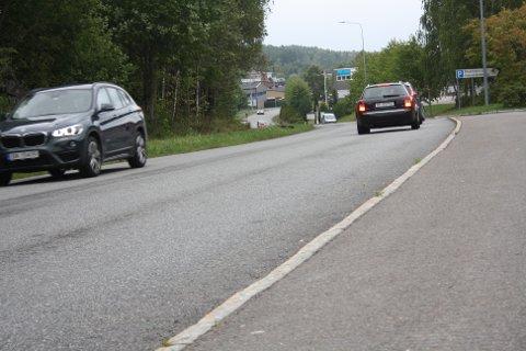 Her på Rosenholmveien kommer det en ny bomstasjon. Nå blir det utsatt til juni.