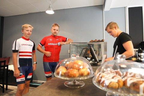 FINT: Kenneth Johansen og Oliver Melsom-Johansen synes Hvilepuls har blitt en fin kafe og at bollene til John-Philip Steenberg smakte fortreffelig.
