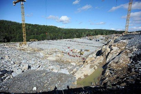 HER BYGGES DET: Slik så det ut på byggeplassen tidlig i august, da ØB var med på omvisning på byggetomten for beredskapssenteret på Taraldrud. I morgen legges altså grunnsteinen ned av statsministeren.