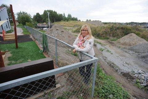 IKKE FORNØYD: Anne Kristine Linnestad (H) er ikke fornøyd med jobben som administrasjonen har gjort. Det er tomten bak henne hun mener hadde egnet seg best.