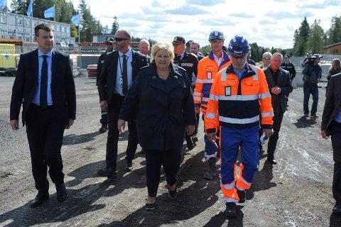 FORNØYD: Statsminister Erna Solberg of Justis- og Beredskapsminister Tor Mikkel Wara var fornøyd med endelig å få lagt ned grunnsteinen på Taraldrud.