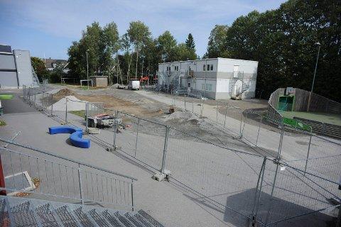 UFERDIG: Det er disse brakkene på Finstad skole som ikke sto klare da elevene kom til skolestart torsdag i forrige uke.