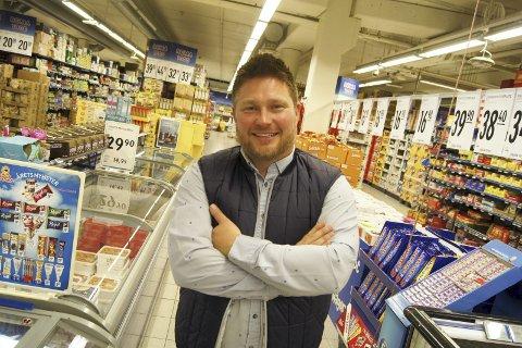 JOBBE MED MENNESKER: – Det beste med å være Rema-kjøpmann er at jeg får jobbe med mennesker, mener Stian Landbakk. Siden 2005 har han vært butikksjef for Rema 1000-butikken i Ski.