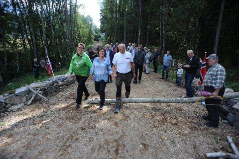 ÅPNING: Ordfører Hanne Opdan, til venstre, Laila Støen og Inge Utstumo var de første som gikk over den nye Norås bru.
