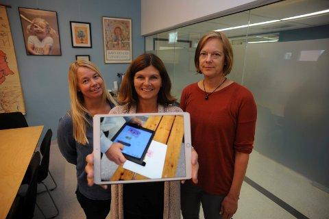 FRYKT IKKE: Fra venstre, Karianne Megard Grønli, Mette Hopøy og Janne Roven, ved skole- og barnehageavdelingen i Ski, beroliger foreldre med at iPad i skolen ikke er noe å frykte.