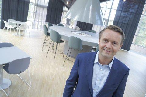 STORFORNØYD: Administrerende direktør i Fursetgruppen, Gjøran Sæther, er storfornøyd med årets sesong på Ingierstrand Bad. Her fra et besøk i kantinen på Rosenholm Campus, som den samme gruppen også driver.