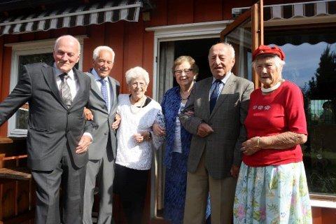RUSS 48: Ski-russen - 48 feirer at det er 70 år siden de tok eksamen artium. Fra venstre: Kristian Kaus, Aage Pedersen, Karin Solberg (født Lyckander), Ruth Skøelv (født Jansen), Lorentz Chr. Colberg, Herborg Kollsgård (født Lien).