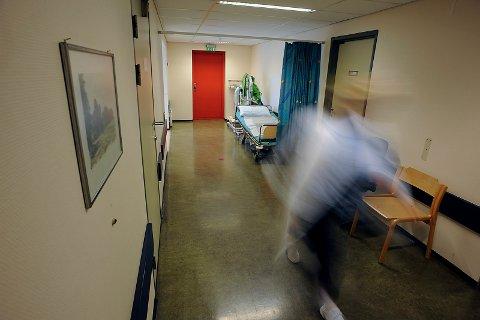 LEGEVAKTEN: Det var i disse gangene ved Follo Legevakt at knivstikkingen fant sted.