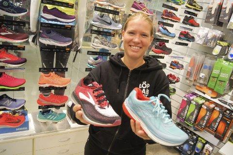 LØPESKO-SPESIALISTEN: Hanne Cathrine Gulbrandsen i Löplabbet Ski er stolt av skosortimentet de tilbyr i butikken. – Det ligger mye abeid og testing bak før vi bestemmer oss for hvilke sko vi skal ha inne, sier hun.