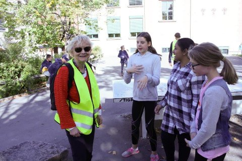OBSERVERER: Ingjerd Juel Ingeborgrud trives sammen med de unge og gleder seg over å se hvordan elevene leker sammen.