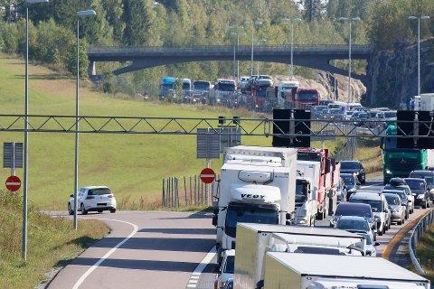 Flere bilister kjørte ulovlig av E6 i påkjøringsrampen ved Horgen mandag ettermiddag. ØBs journalist talte opp mot 40 ulovlige avkjøringer i de tre timene han var på stedet.