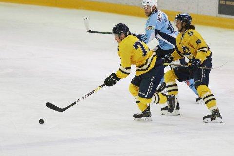 MÅ TA DET MED RO: Jonas Sundberg er skrevet ut av sykehuset, men hockeysesongen er over. Kanskje også hockeykarrieren. Her er Sundberg i akjson mot Haugesund.