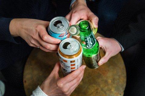 Oslo  20180212. Unge mennesker på fest, drikker rusbrus og øl. Partystemning.  Modellklarert. Foto: Gorm Kallestad / NTB scanpix