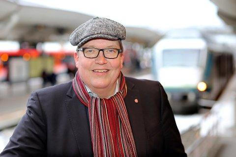 HÅPLØST: Sverre Myrli mener skattebetalernes penger må gå til  flere tog og togspor, ikke nye logoer