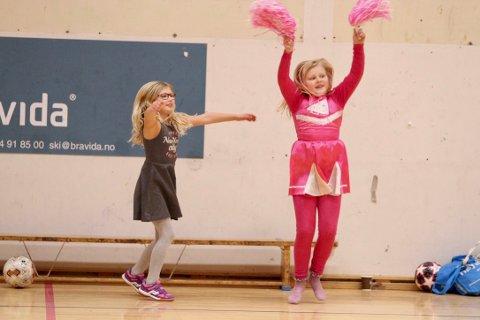 Frida og Julie er cheerleadere for storesøsterene og resten av Ski J-11