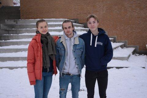 VIKTIG: Fv. Anne Ruud, Kristian Meland og Nicolay Jakset og de andre elevene i «Nettsmart UB» ønsker å formidle nettvett til foreldre på bakgrunn av egne erfaringer.