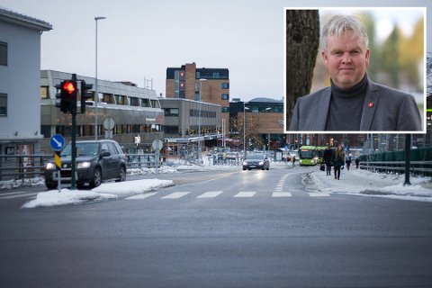 VIL ÅPNE: Frps Tønnes Steenersen (innfelt) vil åpne Jernbaneveien i Ski for trafikk igjen.